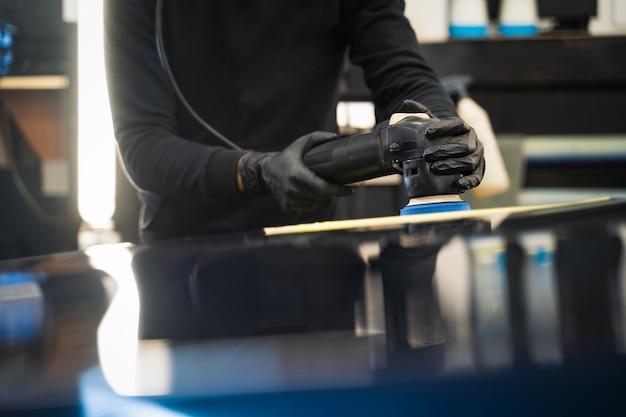 Profesjonalny proces polerowania lakieru samochodowego.