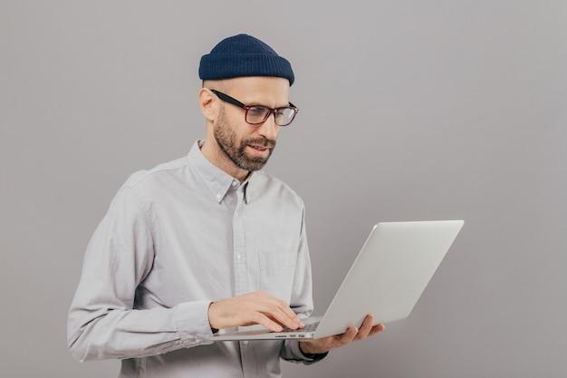 Profesjonalny programista it pobiera pliki, czaty online w sieciach społecznościowych