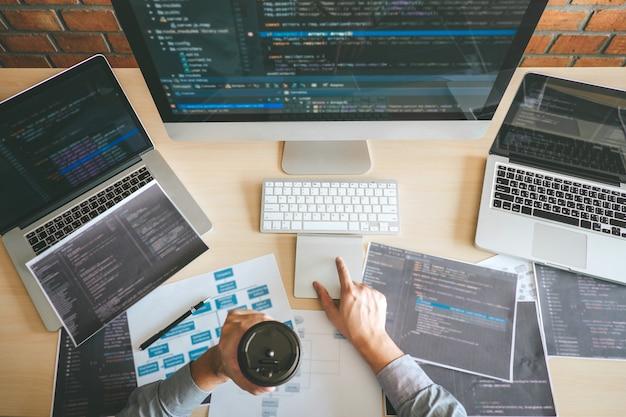 Profesjonalny programista pracujący nad oprogramowaniem do projektowania i kodowania stron internetowych, pisania kodów i baz danych w biurze firmy, technologia globalnego połączenia cybernetycznego