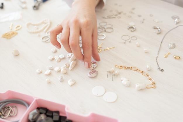 Profesjonalny projektant biżuterii robi ręcznie robioną biżuterię w studio warsztat zbliżenie kreatywność mody