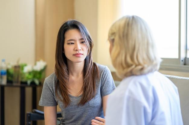 Profesjonalny psychiatra słuchający pacjenta w przychodni lekarskiej lub szpitalnej służbie zdrowia psychicznego
