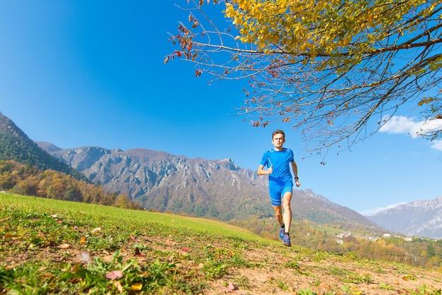 Profesjonalny sportowiec biegania górskiego w treningu.