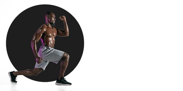 Profesjonalny sportowiec ćwiczący trening sportowca na białym tle ulotki