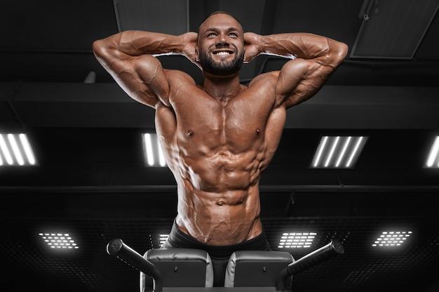 Profesjonalny sportowiec wykonuje przeprost na siłowni