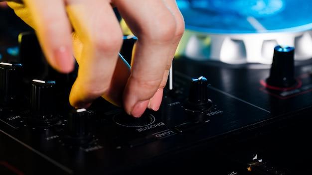 Profesjonalny sprzęt konsoli dj pod dużym kątem