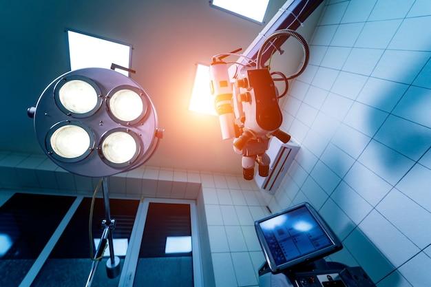 Profesjonalny sprzęt medyczny okulistyki. mikroskop mikrochirurgiczny w sali operacyjnej. koncepcja kliniki okulisty.