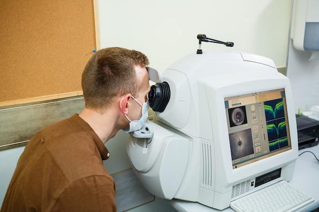 Profesjonalny sprzęt medyczny skanujący oczy pacjenta. urządzenie nowoczesnej przychodni zdrowia.