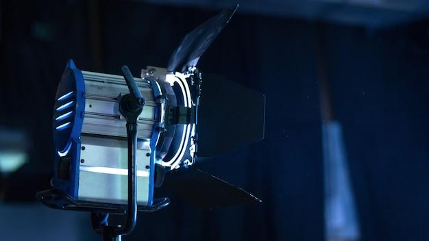 Profesjonalny sprzęt oświetleniowy na planie filmowym z cząsteczkami w powietrzu