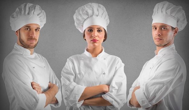 Profesjonalny szef kuchni kobieta i mężczyźni z pewnymi siebie minami
