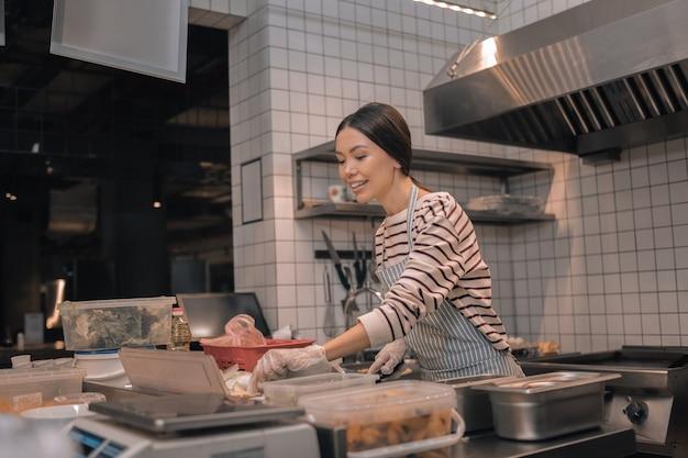 Profesjonalny szef kuchni. profesjonalny, doświadczony, piękny szef kuchni pracujący w godzinach porannych