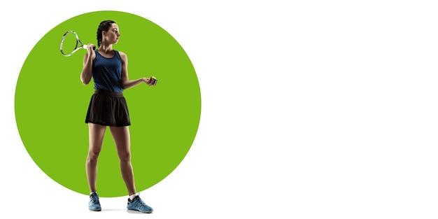 Profesjonalny tenisista pozuje, ćwiczy. sportsmenka szkolenia na białym tle, ulotka do reklamy. pojęcie konkurencji, sportu, zdrowego stylu życia, akcji, ruchu i ruchu. geometryczny wzór.