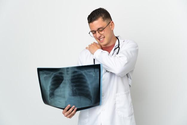 Profesjonalny traumatolog na białym tle cierpiący na ból w ramieniu