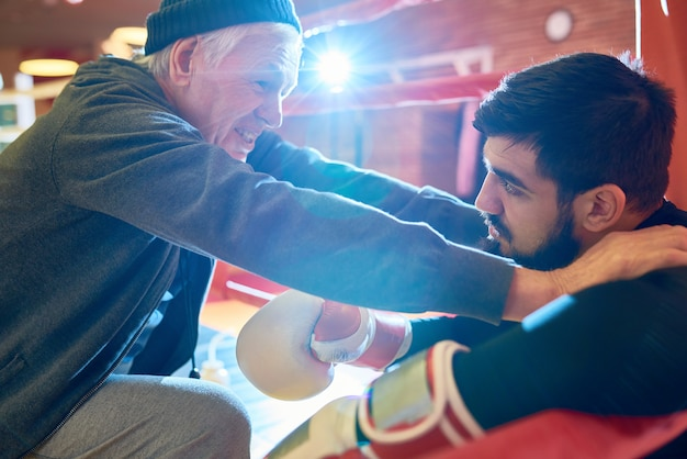 Profesjonalny trener inspirujący boksera