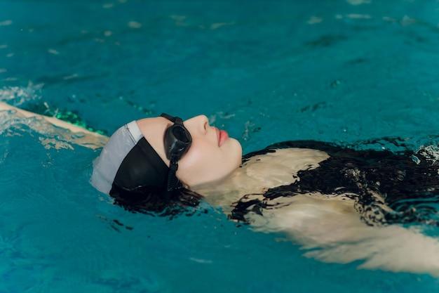 Profesjonalny trening pływaczki na basenie