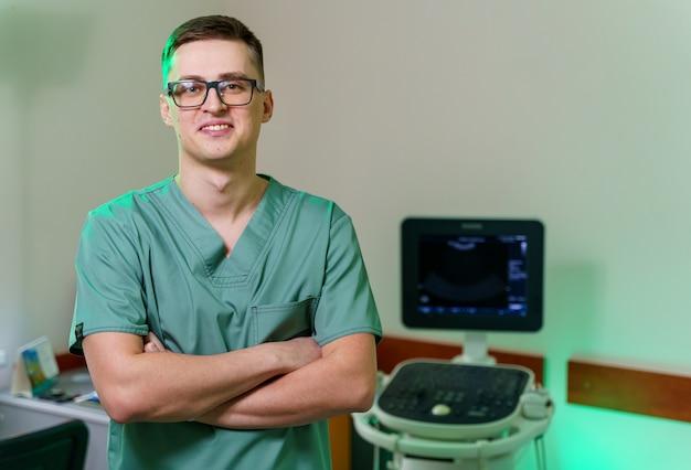 Profesjonalny ultrasonograf w pobliżu nowoczesnego aparatu usg w klinice. diagnostyka usg