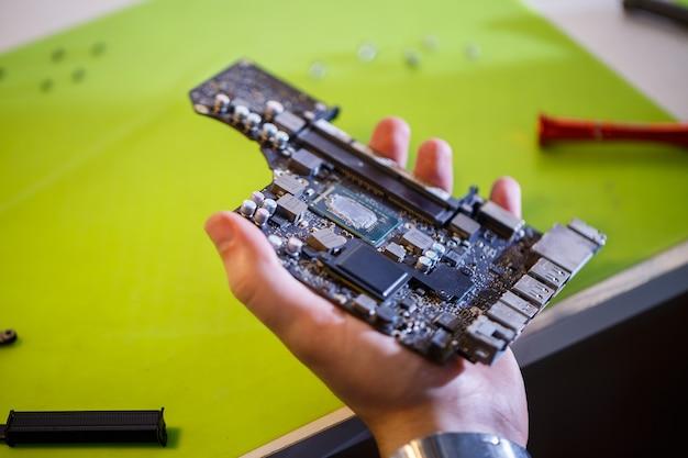 Profesjonalny warsztat lub serwis komputerów i tabletów. zamknij się z płyty komputera. koncepcja elektroniki. szczegóły z laptopa w naprawie
