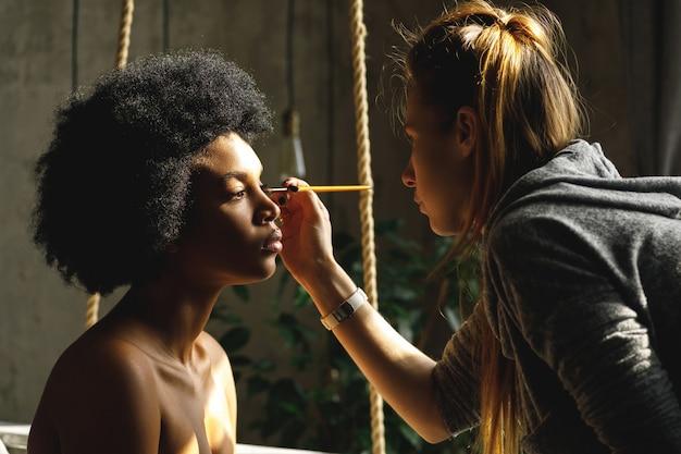 Profesjonalny wizażystka i modelka afrykańska