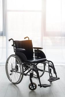 Profesjonalny wózek inwalidzki w biurze