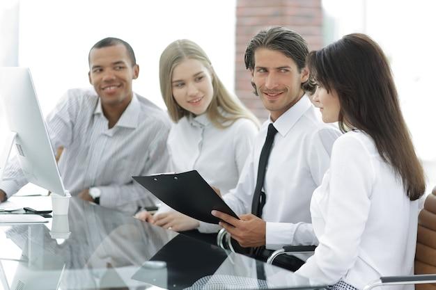 Profesjonalny zespół biznesowy omawiający nowe informacje w biurze. koncepcja pracy zespołowej
