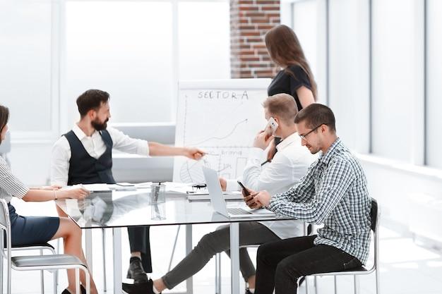 Profesjonalny zespół biznesowy omawiający prezentację nowego projektu .koncepcja pracy zespołowej