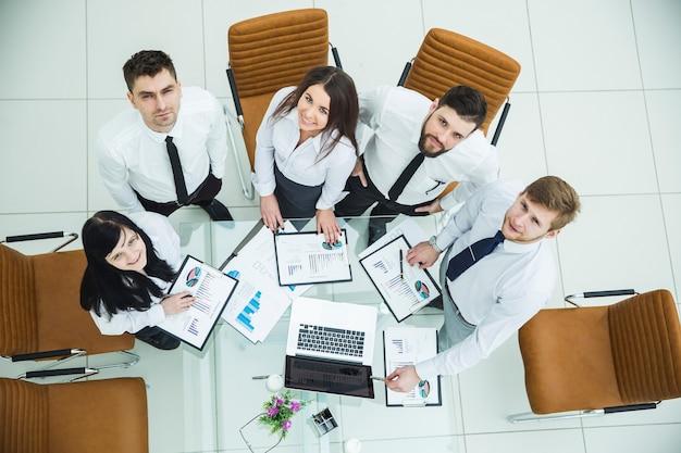Profesjonalny zespół biznesowy opracowujący nową strategię finansową firmy w miejscu pracy