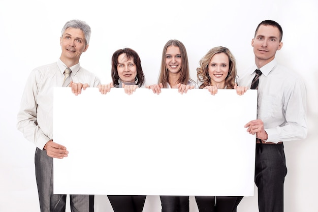 Profesjonalny zespół biznesowy z dużym pustym plakatem. na białym tle