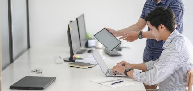 Profesjonalny zespół programistów interfejsu www pracujący razem nad projektem w nowoczesnym miejscu pracy