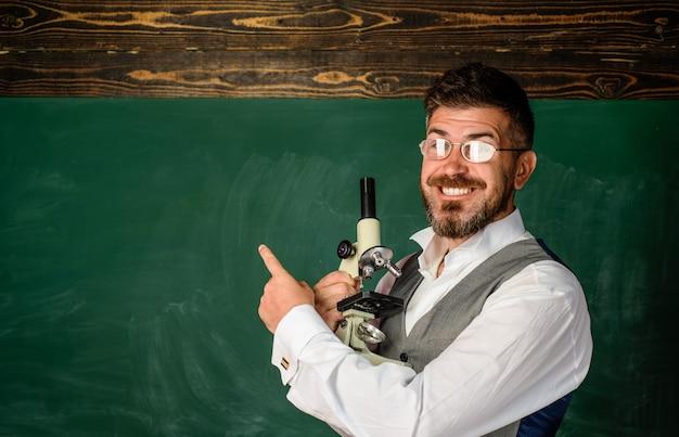 Profesor koncepcji uczenia się pracy nauczyciela na lekcji szkolnej w klasie nauczyciela przygotowującego się do