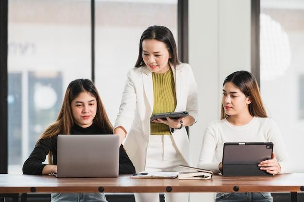 Profesor uniwersytecki udzielający lekcji studentom w klasie na uniwersytecie