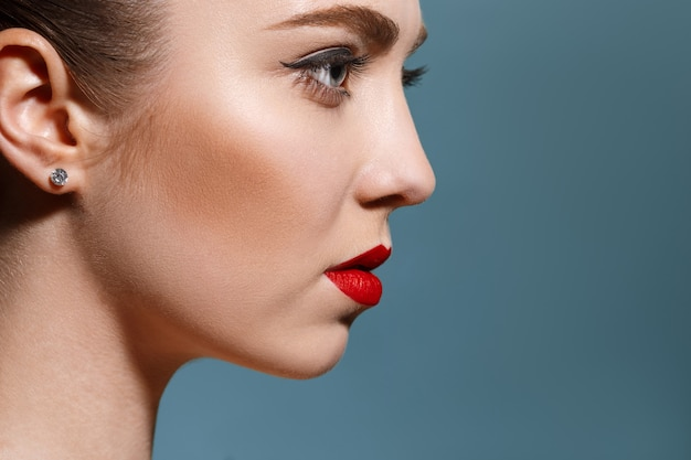 Profil bardzo szczegółowy piękna młoda kobieca twarz o doskonałej i czystej skórze