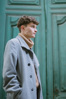 Profil boczny młody człowiek z płaszczem