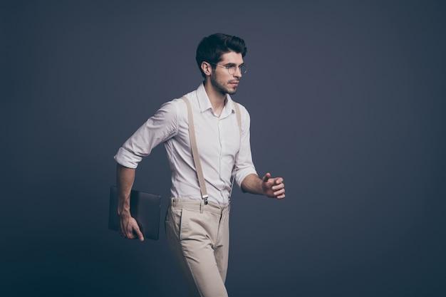 Profil boczny portret poważnego inteligentnego inteligentnego mężczyzny idź do pracy, chcesz zdecydować, rozwiązanie trzymaj laptopa, noś stylową odzież.