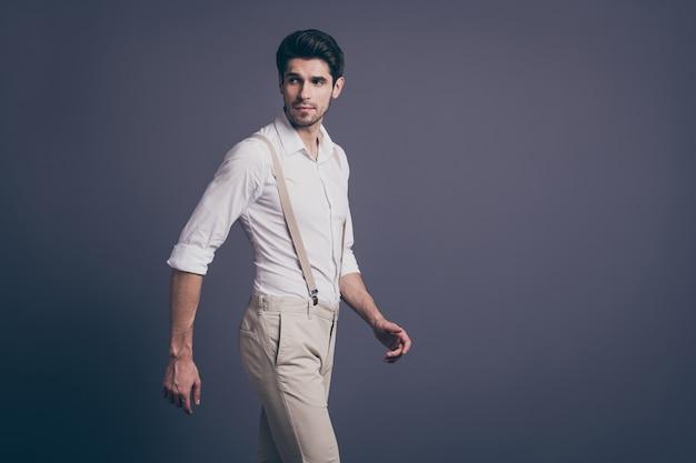 Profil boczny portret uroczego wspaniałego mężczyzny spaceruje copyspace przyciąga kobiety noszące stylowe ubrania.