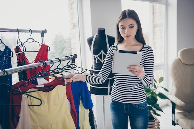 Profil boczny portret wykwalifikowanej krawcowej obsługującej klienta przy wyborze sukienki