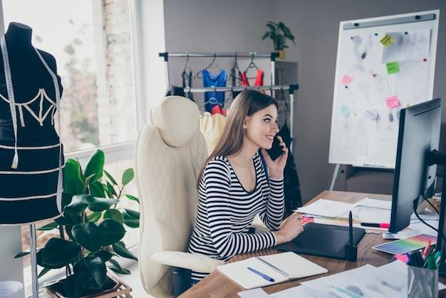 Profil boczny widok portret krawcowa siedzi na krześle wzywając klienta