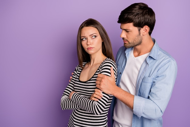 Profil dwóch osób para facet prosi obrażoną damę o wybaczenie, przykro mi trzymając się za ramiona nosić stylowy strój na co dzień na białym tle pastelowy fioletowy kolor ściany