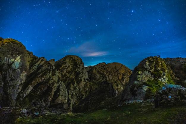 Profil góry aiako harria w oiartzun w nocy. kraj basków