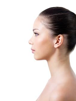 Profil kobiety o zdrowej skórze