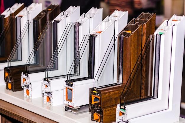 Profil okna plastikowego, przekrój wieloprzedziałowego okna z podwójnymi szybami w zbliżeniu