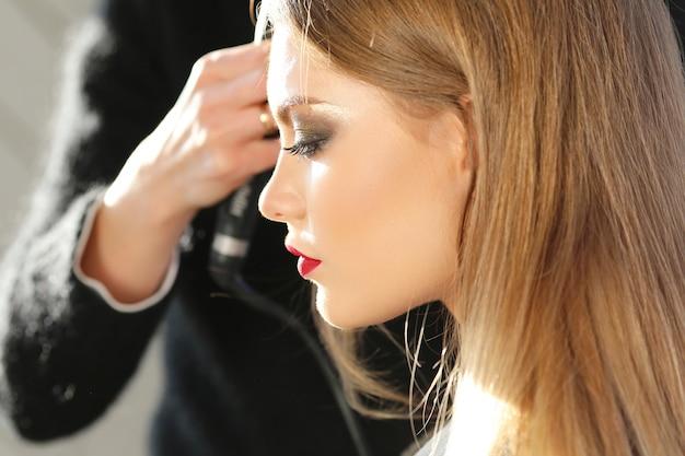 Profil pięknej dziewczyny