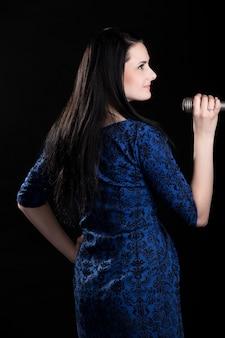 Profil piosenkarka dziewczyna w niebieskiej sukience