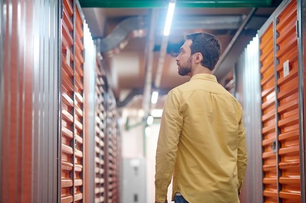 Profil poważnego mężczyzny patrzącego na drzwi kontenera