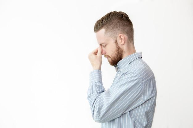 Profil poważny młody człowiek myślenie głęboki
