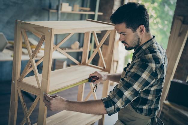 Profil przystojny facet budowa półka na książki nowoczesny design ręcznie robiony przemysł drewniany mierzący odległość odległość między działami warsztat w pomieszczeniu