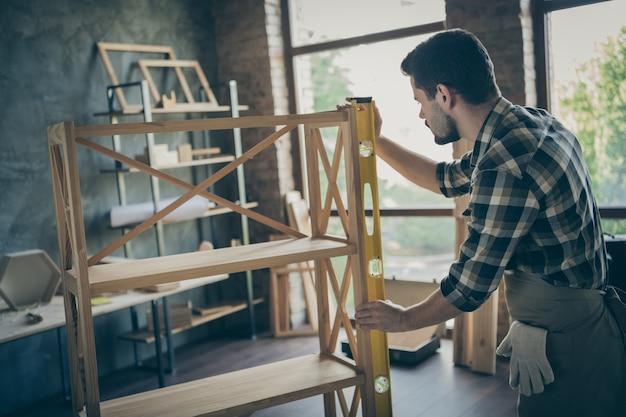 Profil przystojny facet budowa półka na książki ręcznie robiony projekt przemysł drzewny pomiar długości warsztat stolarski w pomieszczeniu