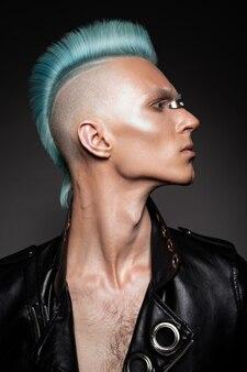 Profil przystojny mężczyzna o niebieskich włosach