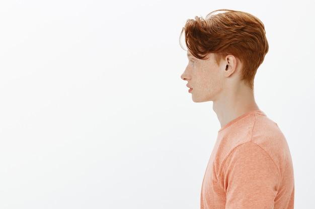 Profil przystojny rudowłosy młody uczeń, mężczyzna patrząc w lewo