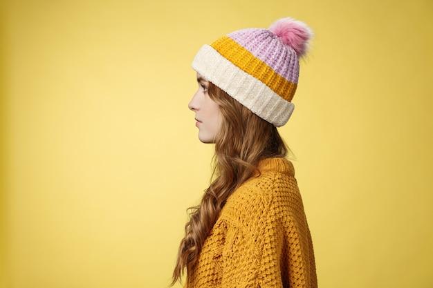 Profil strzał atrakcyjna kobieca kręcona fryzura w czapce z dzianiny sweter stojący w kolejce zamówienie gorąco ...