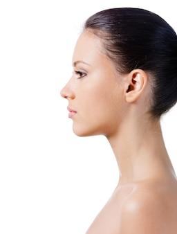 Profil twarzy pięknej młodej kobiety z czystej, zdrowej skóry