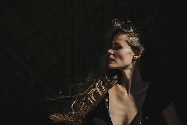 Profil uroczej kobiety o długiej jasnowłosej i doskonałej skórze